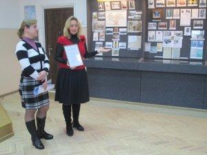 Во время вручения Свидетельства о регистрации музея: Людмила КОШЕЛЕВА (слева) и Наталья ВИННИК